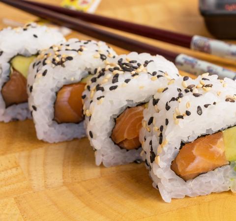 Суши Урамаки Сьомга и авокадо